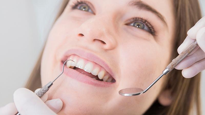 Mulher sorrindo em avaliação dentária